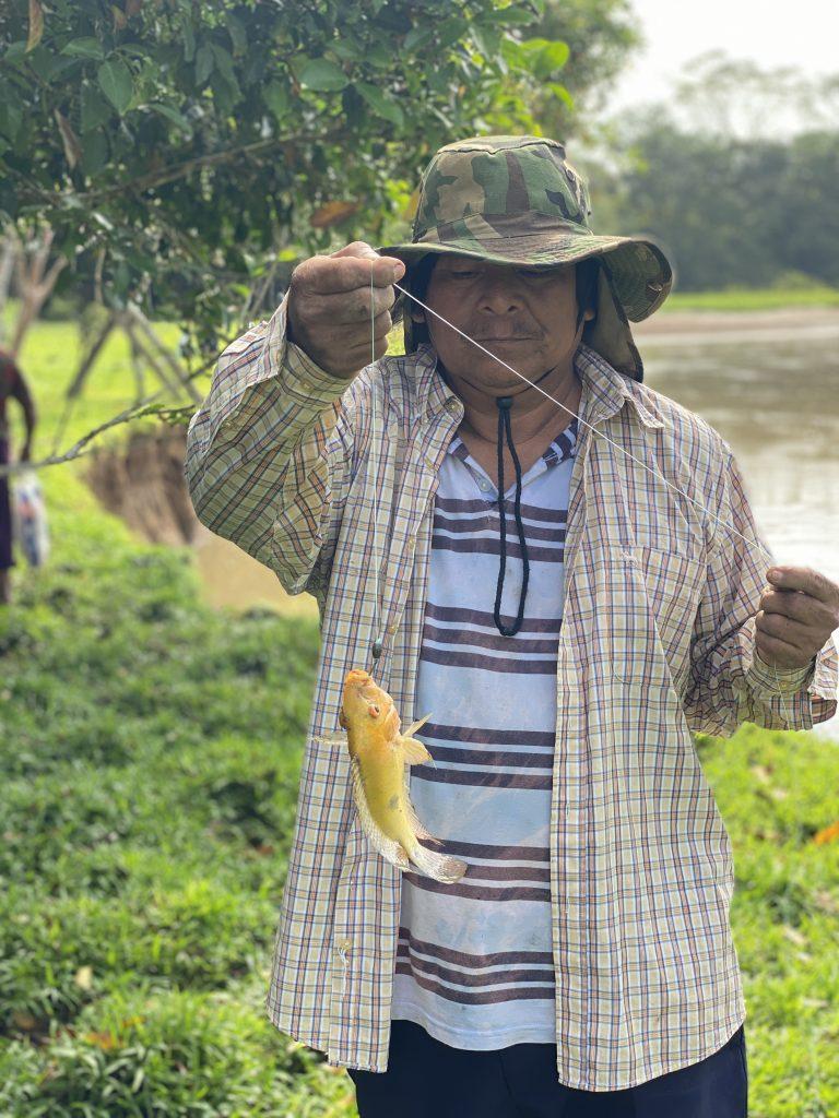 Alfredo Acosta Blanco fishing mojarra (jararanh, Cichlasoma sp.) at Caño Ciego (Irrirrifa Conh). Photo taken by Roberto Herrera Miranda. February, 2020.