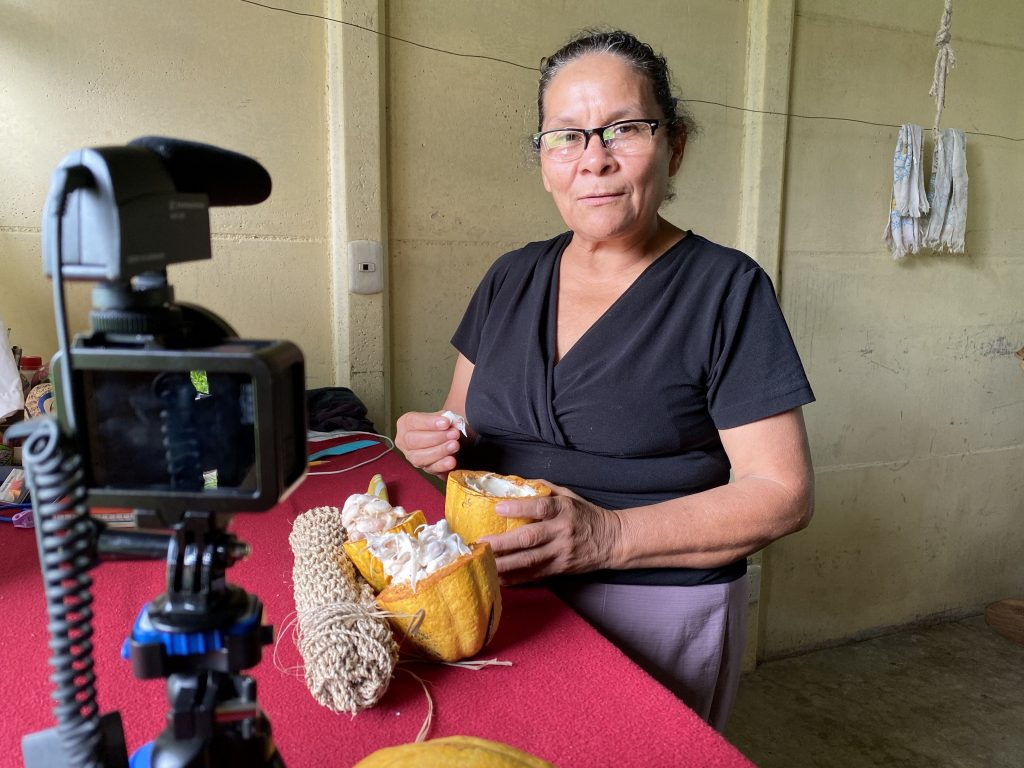 Rosa Álvarez Álvarez explaining the uses of the cacao (caju). Also shown in the picture is a traditional sack made from burio (porelenh, Heliocarpus appendiculatus). Photo taken by Roberto Herrera Miranda. January, 2020.